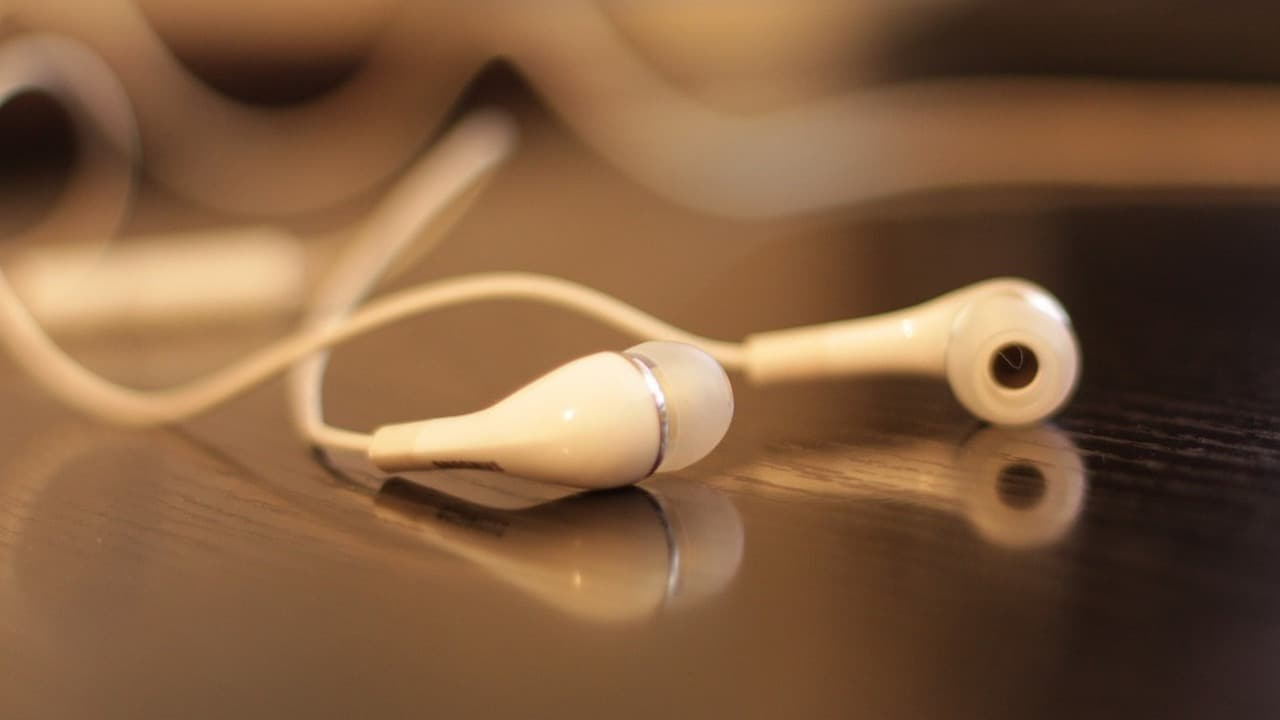 Samsung may launch wired noise-cancelling headphones along Galaxy Note 10 - Firstpost thumbnail