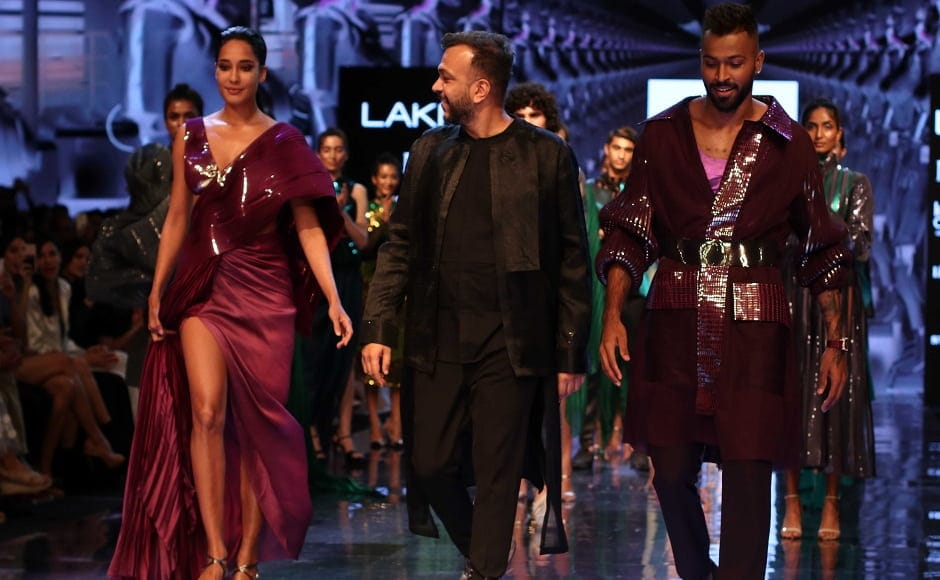 Lisa Haydon, cricketer Hardik Panday walked the ramp for designer Amit Aggarwal who launched his collection Flux at LFW 2019. | Sachin Gokhale