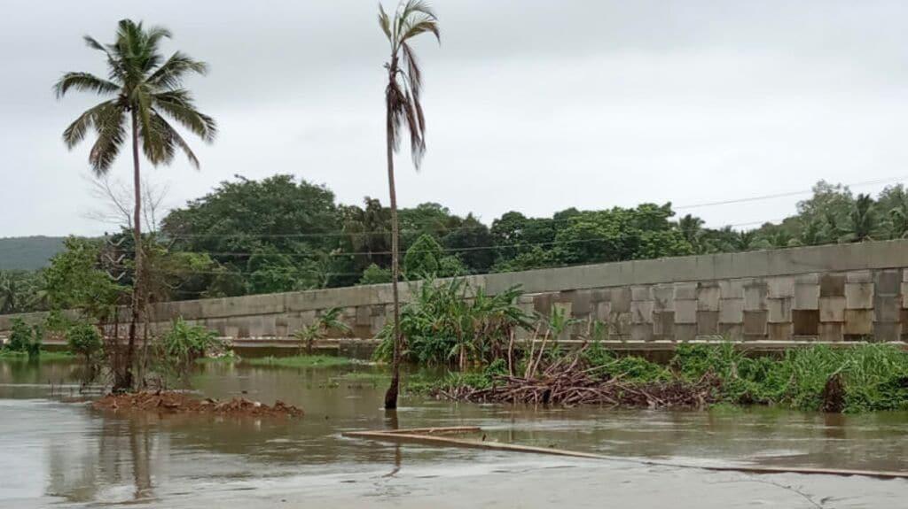Margao Western Express Bypass embankment near Rumdem lake, Nuvem blocks water flow. Photo by Pamela D'Mello.