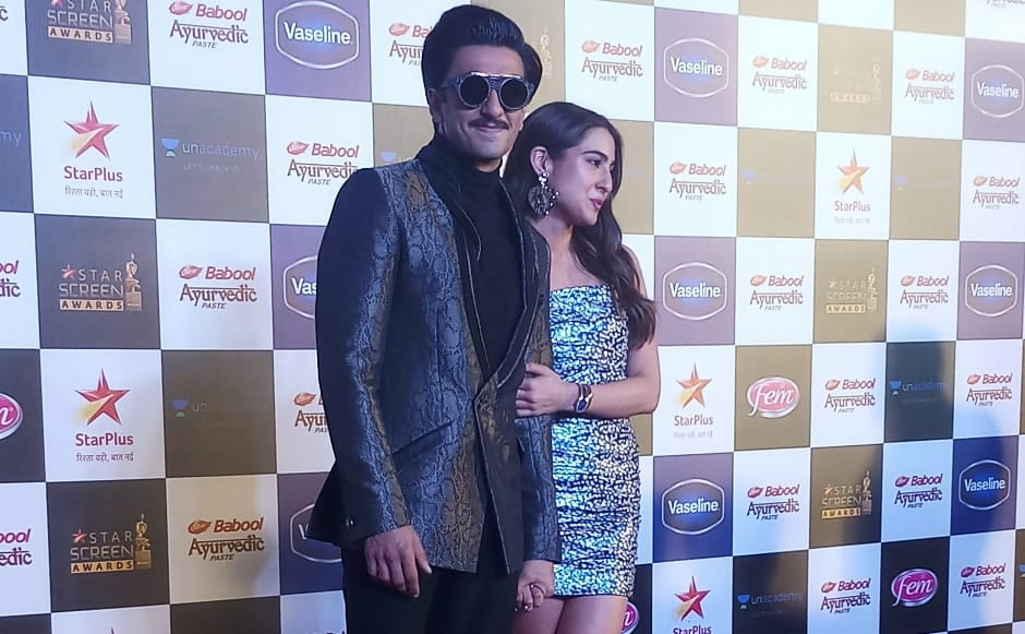 Simmba co-stars Ranveer Singh and Sara Ali Khan pose for the paparazzi at the red carpet of Star Screen Awards 2019 | Simran Singh
