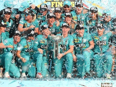 Beth Mooney's half-century helps Brisbane Heat clinch WBBL title with six-wicket win over Adelaide Strikers