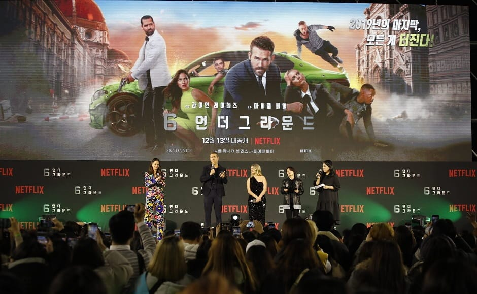 Ryan Reynolds interacting the press during the premier of 6 Underground | Press Release