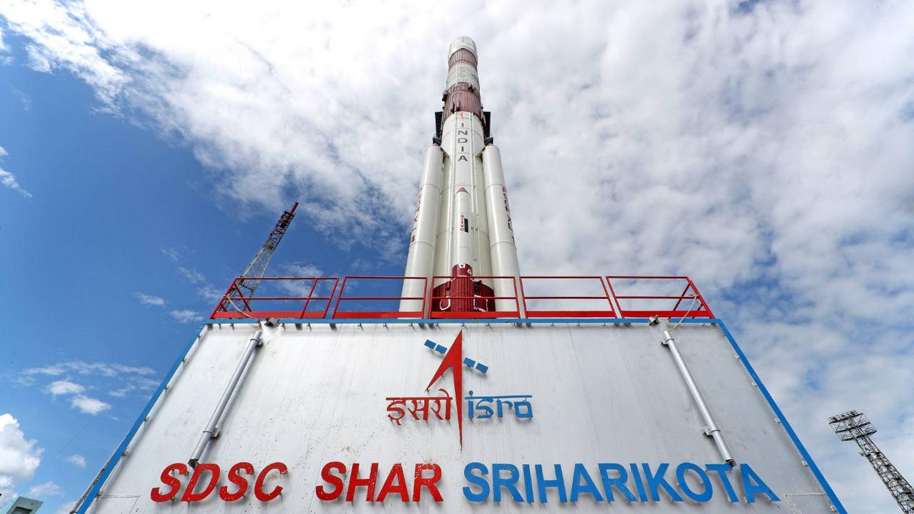 PSLV-C48 रॉकेट शेयर श्रीहरिकोटा लॉन्च पैड पर बैठता है।  चित्र साभार: ISRO