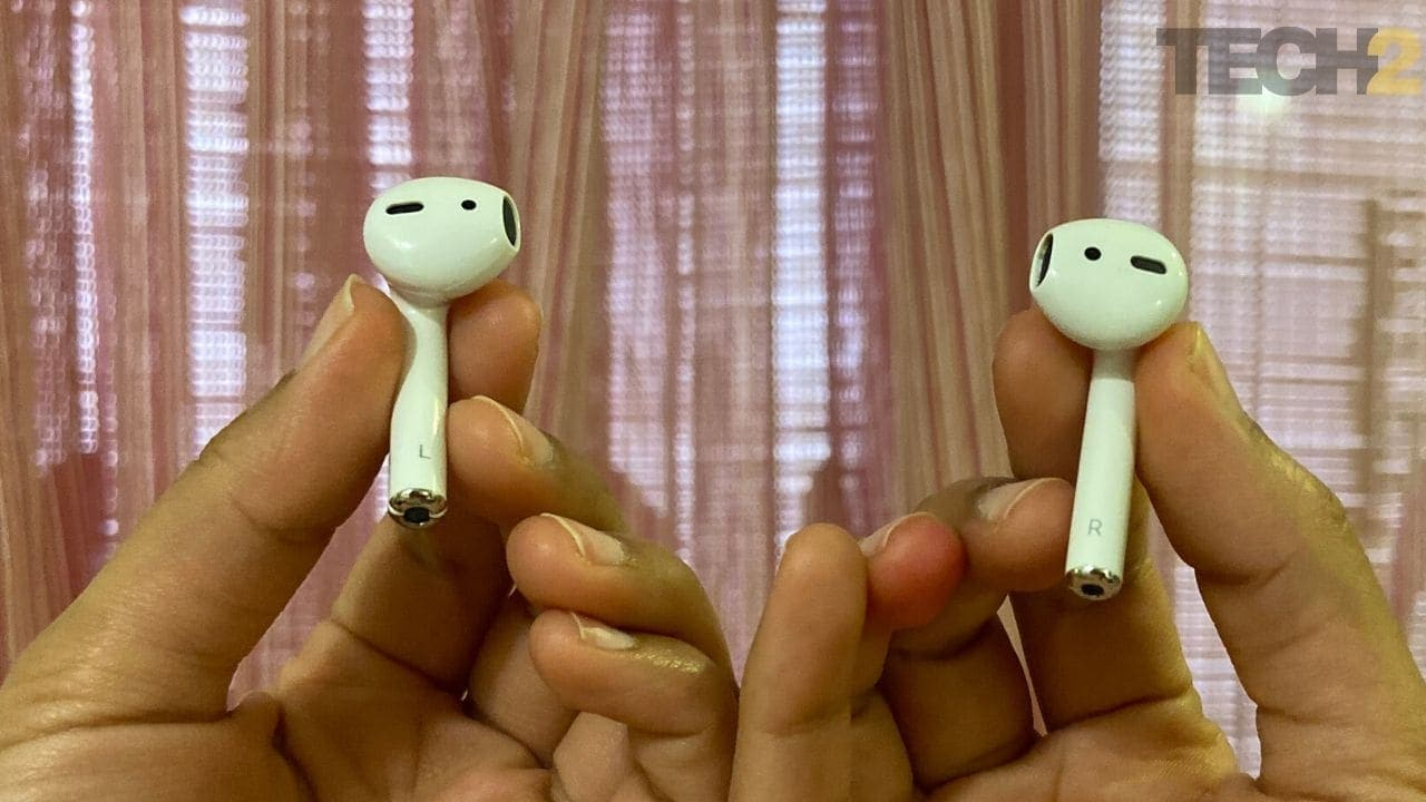 (L) Riversong Air X5+ earphone and (R) Apple AirPods. Image: tech2/Nandini Yadav