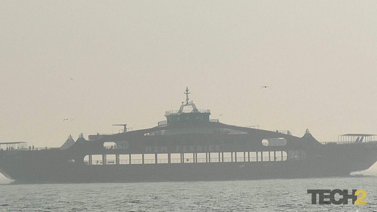 मुंबई और अलीबाग के बीच नया शुरू हुआ रो-रो इतनी दूर था कि हमें यकीन नहीं था कि यह कौन सा जहाज है।  यहां आप नाम देख सकते हैं: M2M घाट।  चित्र साभार: अबीगैल बनर्जी