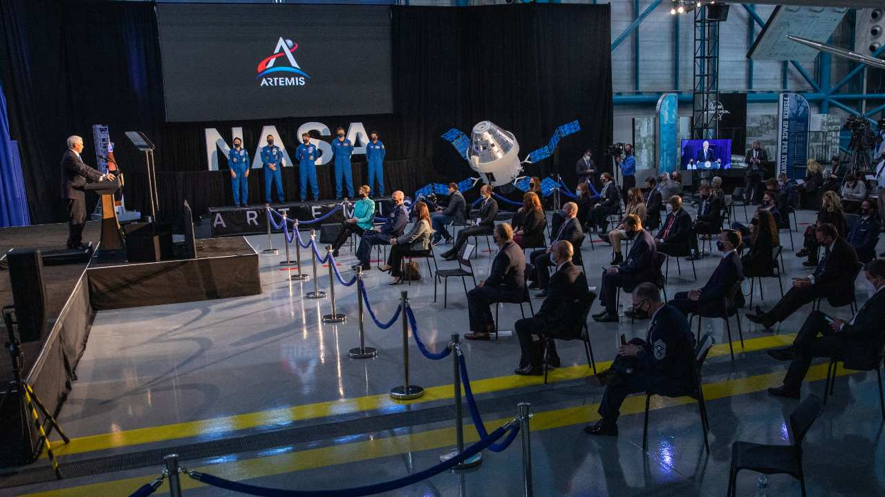 NASA introduces 18 astronauts who will train for the 2024 Artemis moon mission