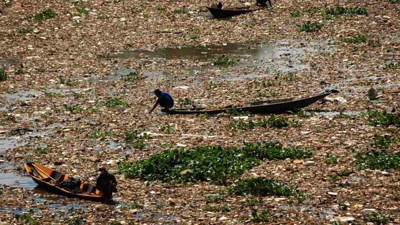 Sungai Citarum di Indonesia tercemar karena hanya 47 persen industri di sekitarnya yang mengolah airnya sementara sisanya membuangnya ke sungai tanpa diolah. Limbah lainnya juga berasal dari limbah rumah tangga, peternakan, perikanan, dan pertanian Image credit: Jordi Bernabeu Farrús / Flickr