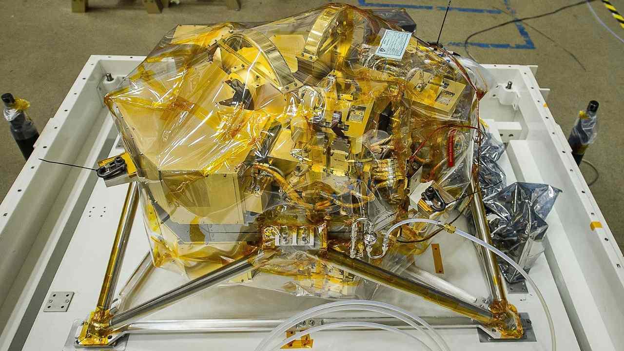 NIRCam, que se muestra aquí, medirá la luz infrarroja de galaxias distantes y muy antiguas.  NASA / Chris Jean,