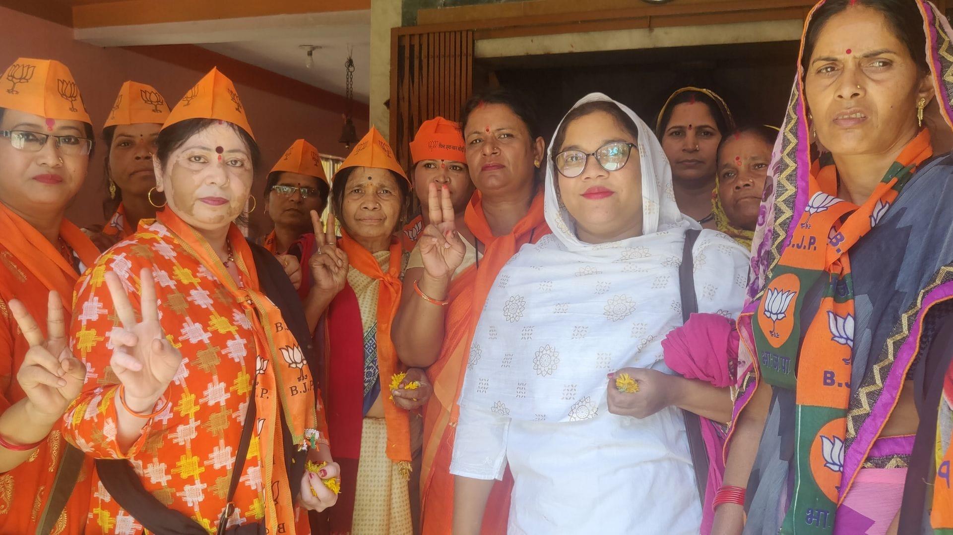 0.5 Bjp Mahila Morcha members wait for Pragya Singh. She is two hours late.