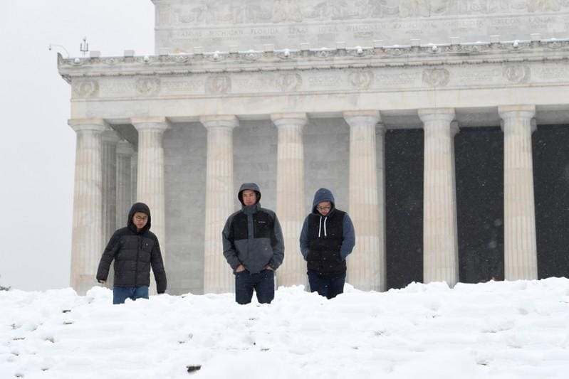 Snowstorm blankets mid-Atlantic U.S., at least seven dead in Midwest