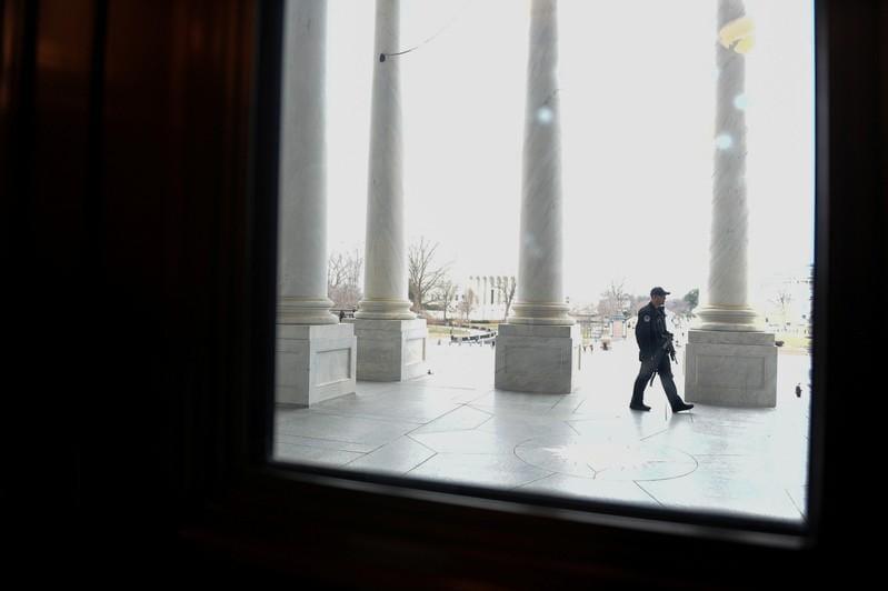 U.S. lawmakers meet on border security, scrambling to avert shutdown