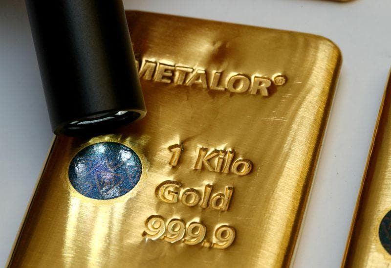 Gold prices slump on rising yields while platinum retreats