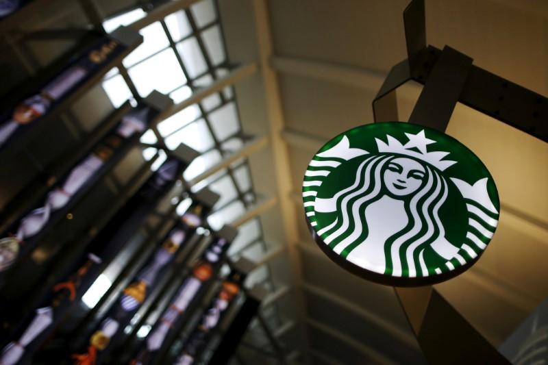Starbucks reports flat U.S. traffic, shares slip