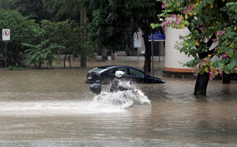 Powerful, abnormal rains lash Rio de Janeiro, killing at least three