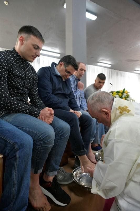 Help each other, pope tells prisoners at foot washing rite