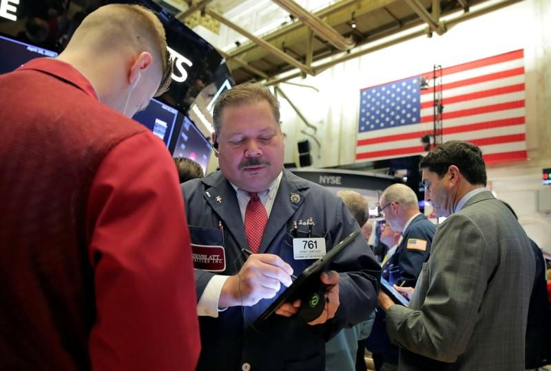 SP 500 hovers below record highs on mixed earnings