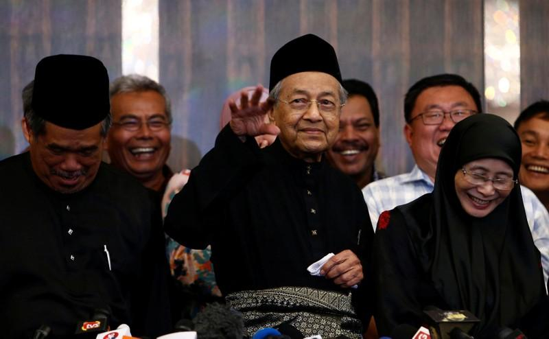 Malaysia's Mahathir says he will steady ringgit, get back missing 1MDB funds