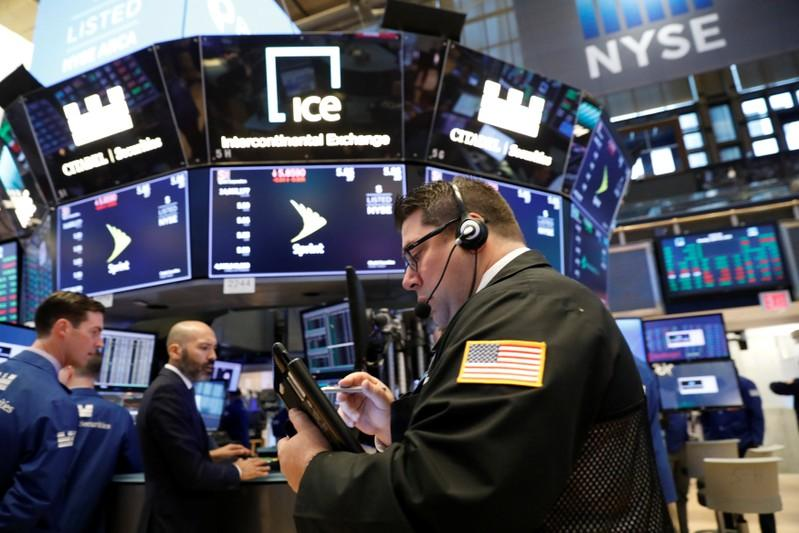Wall St. posts weekly loss as banks, chipmakers weigh