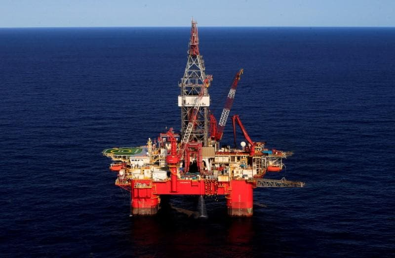 Oil prices fall, Brent set for sixth week of gains