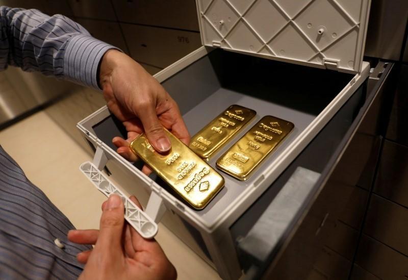 Gold dips after upbeat U.S. payrolls data