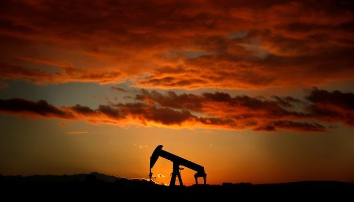 Oil ends slightly lower, books weekly drop as investors watch OPEC