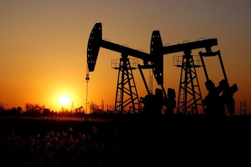 Oil falls 3% on trade worries, heads for biggest monthly drop in 6 months