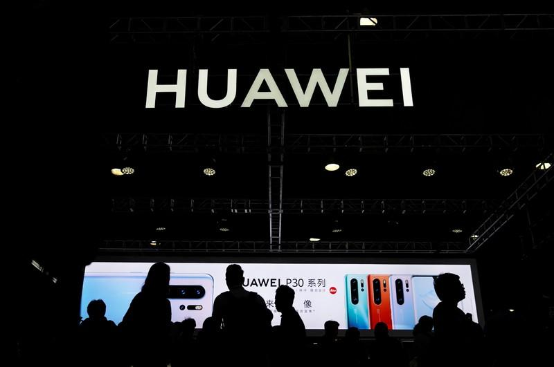 Huawei asks Verizon to pay over <img class=