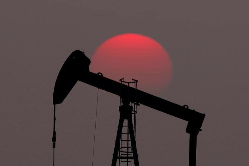 Oil climbs over <img class=