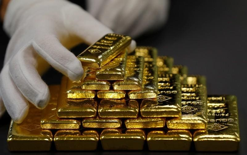 Gold rises as stocks slide triggers flight to safety