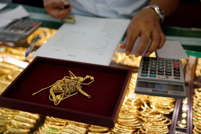 Gold extends fall as investors shift to risk on mode