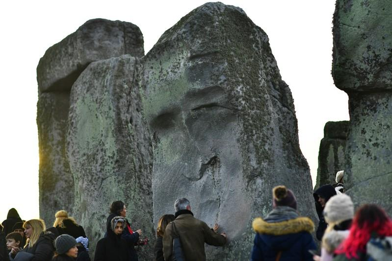 Thousands descend on Britains ancient Stonehenge for winter solstice